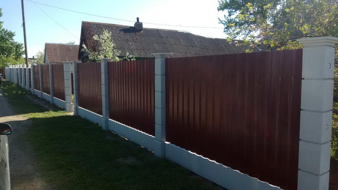 Красивый забор с применением металлопрофиля.