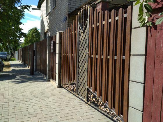 Модульный забор в сочетании с ковки и металлоштакетником очень гармонично смотрится.