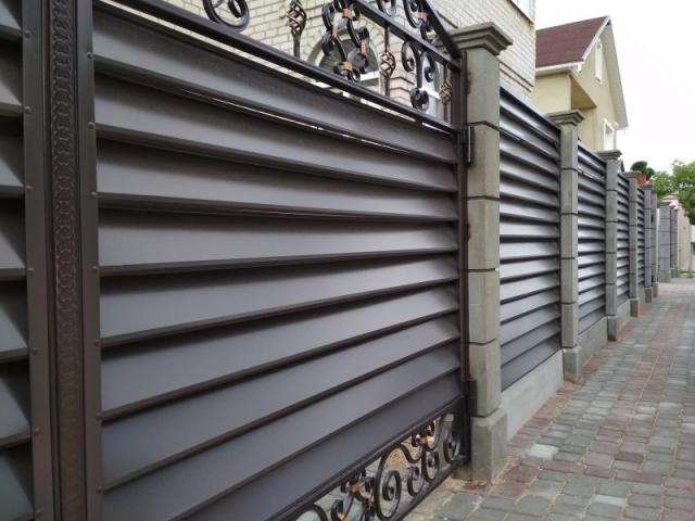 Модульный забор и бетонные столбы